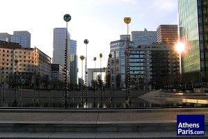 Η εγκατάσταση του Takis στην Εσπλανάδα της Défense και στο βάθος η Μεγάλη Αψίδα.